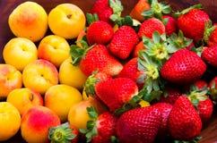 Jordgubbar och aprikors Fotografering för Bildbyråer