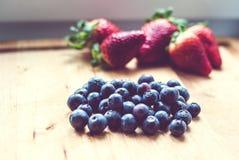 Jordgubbar och blåbär Royaltyfria Foton