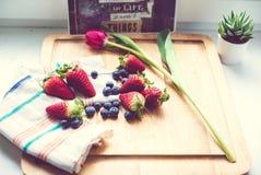 Jordgubbar och blåbär Royaltyfri Foto