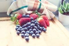 Jordgubbar och blåbär Arkivbilder