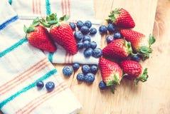 Jordgubbar och blåbär Royaltyfria Bilder