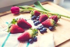Jordgubbar och blåbär Arkivfoto