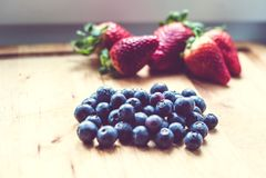 Jordgubbar och blåbär Arkivfoton