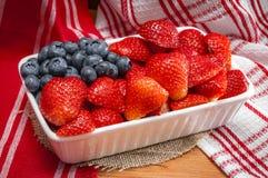 Jordgubbar och blåbär som kombineras för att se som amerikanska flaggan Royaltyfria Foton
