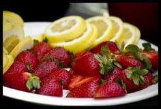 Jordgubbar och citron på en platta fotografering för bildbyråer