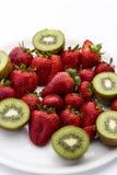 Jordgubbar och halverade kiwifruits Royaltyfria Bilder