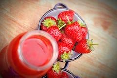 Jordgubbar och jordgubbesmoothie - fruktsaft Royaltyfri Foto