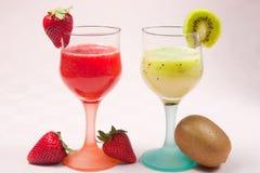 Jordgubbar och kiwifruktsaft royaltyfria foton