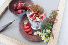 Jordgubbar och kräm, stilleben av frukt och blommor Arkivbild