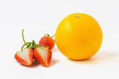 Jordgubbar och orange frukt som isoleras på vit bakgrund Arkivfoto