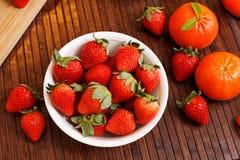 Jordgubbar och tangerines Fotografering för Bildbyråer