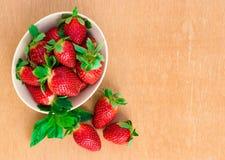 Jordgubbar Organisk Closeup med mintkaramellen, lantliga naturliga non GMO Royaltyfri Bild