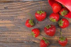 Jordgubbar på trätabellbakgrund som spills från en kryddakrus Antioxidants detox bantar, organiska frukter bär Royaltyfri Bild