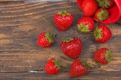 Jordgubbar på trätabellbakgrund som spills från en kryddakrus Antioxidants detox bantar, organiska frukter bär Royaltyfria Bilder