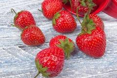 Jordgubbar på trätabellbakgrund som spills från en kryddakrus Antioxidants detox bantar, organiska frukter bär Arkivfoto