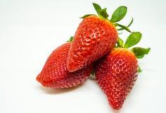 3 jordgubbar på vit bakgrund som isoleras Royaltyfri Fotografi