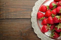 Jordgubbar på vitageplattan, bästa sikt för träbakgrund Arkivfoto