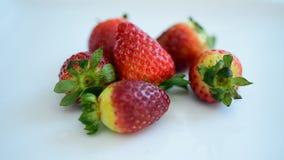 Jordgubbar som är nya från marknaden äta gott frukt är användbar till kroppen täta nya frukter upp Sunt äta och att banta begrepp lager videofilmer