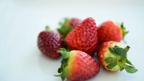 Jordgubbar som är nya från marknaden äta gott frukt är användbar till kroppen täta nya frukter upp Sunt äta och att banta begrepp stock video