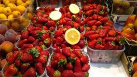Jordgubbar som är till salu i bondemarknad Arkivfoto
