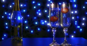 Jordgubbar som faller in i champagnen 4k arkivfilmer