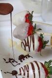 Jordgubbar som glasas i svartvit choklad, torkar p? en platta P? arbetet ytbehandla synliga droppar av choklad matlagning royaltyfri foto
