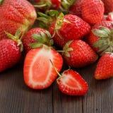 jordgubbar table trä Arkivfoto