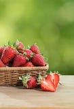 jordgubbar table trä royaltyfria bilder