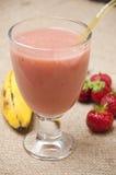 jordgubbe för bananfruktsmoothie arkivbilder
