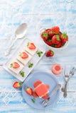 jordgubbe för cakeostsås Royaltyfri Bild