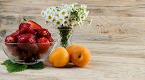 jordgubbe härlig röd jordgubbe på träbakgrund Royaltyfri Bild