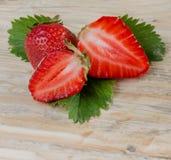 jordgubbe härlig röd jordgubbe på träbakgrund Arkivbild
