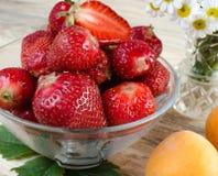 jordgubbe härlig röd jordgubbe på träbakgrund Arkivfoton