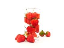 Jordgubbe i vattenexponeringsglaset royaltyfria bilder