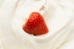 Jordgubbe i yoghurt royaltyfria bilder