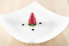 Jordgubbe med balsamic vinäger på den vita plattan Arkivfoton