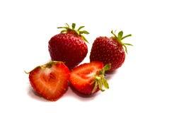 Jordgubbe med skivad halva och sidor som isoleras på vit bakgrund med den snabba banan Hel jordgubbe arkivfoton