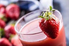 jordgubbe ny jordgubbe Rött strewberry Jordgubbefruktsaft Löst lade jordgubbar i olika positioner Arkivbilder