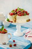 Jordgubbe och Basil Ice Cream Cake arkivbilder
