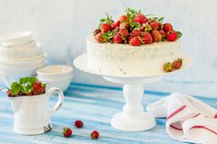 Jordgubbe och Basil Ice Cream Cake royaltyfri fotografi