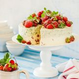 Jordgubbe och Basil Ice Cream Cake fotografering för bildbyråer