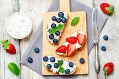 Jordgubbe- och blåbärricottasmörgåsar Arkivfoton