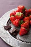 Jordgubbe och choklad på tappningplattan Arkivfoton
