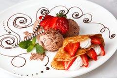 Jordgubbe- och krämpannkaka med glass Royaltyfri Fotografi