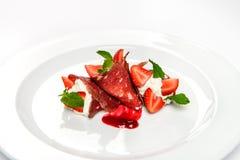 Jordgubbe och mintkaramell i vitkräm som täckas med skivad jamon Arkivbild