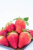 Jordgubbe på den vita healthful fruktjuicen för bakgrundsfrukt` som s är användbar arkivbild