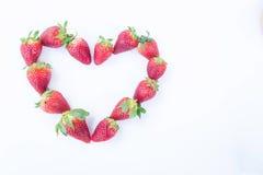 Jordgubbe på den vita healthful fruktjuicen för bakgrundsfrukt` som s är användbar royaltyfri bild