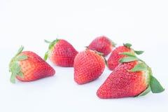 Jordgubbe på den vita healthful fruktjuicen för bakgrundsfrukt` som s är användbar fotografering för bildbyråer