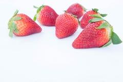 Jordgubbe på vit bakgrundsfruit& x27; healthful fruktjuice för s som är användbar arkivfoton