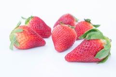 Jordgubbe på vit bakgrundsfruit& x27; healthful fruktjuice för s som är användbar royaltyfria foton